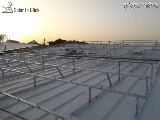 הכנה לבניית מערכת לאנרגיה סולארית על גגות ברפת. צילום: קדמה סולאר