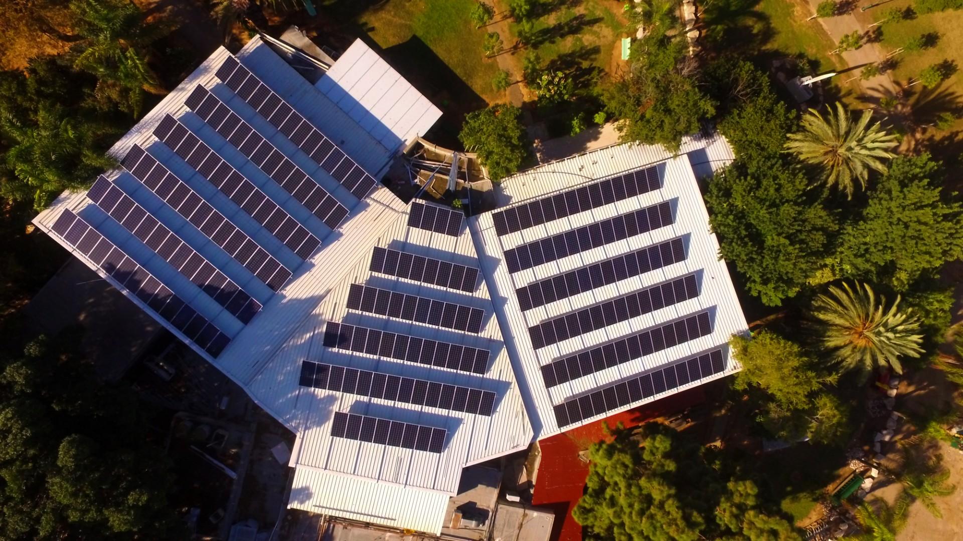 מערכת סולרית על גג מחסן גדול באיזור הכפר הירוק. צילום: קדמה סולאר