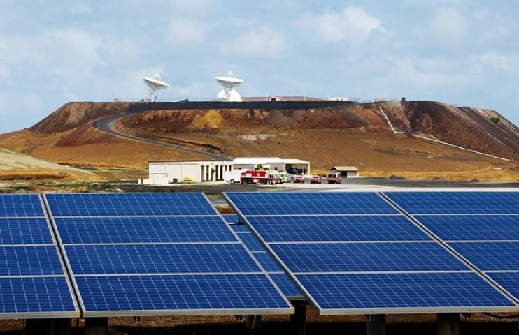 פאנלים סולאריים מייצרים חשמל ללא הפסקה