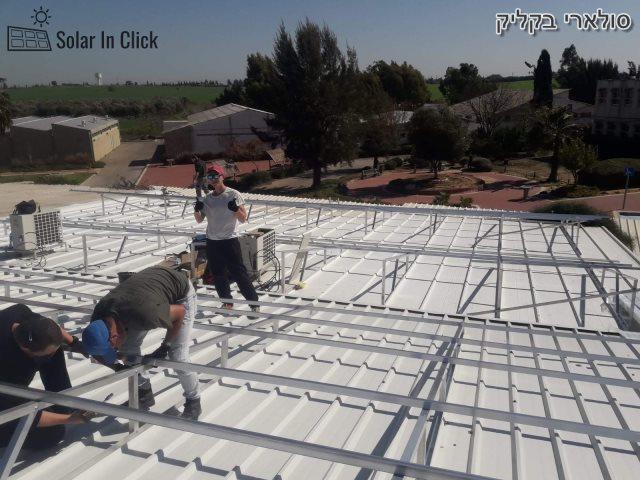 מערכת סולארית מסחרית - התקנה על גג איזכורית באחד המחסנים במרכז. צילום: קדמה סולאר