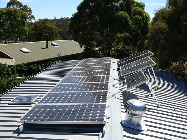 מערכת אנרגיה סולארית על גג מסחרי