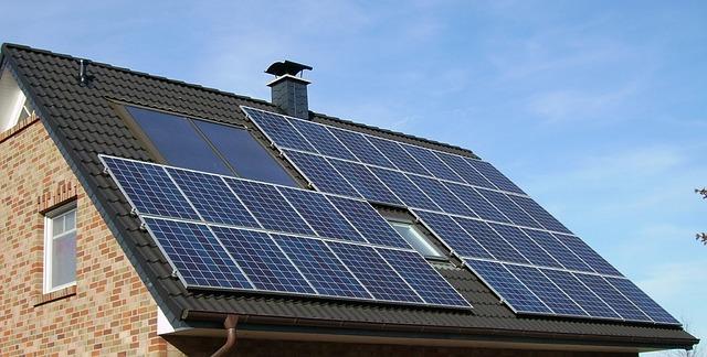 ביצוע עבודה של פאנלים סולאריים על גג רעפים