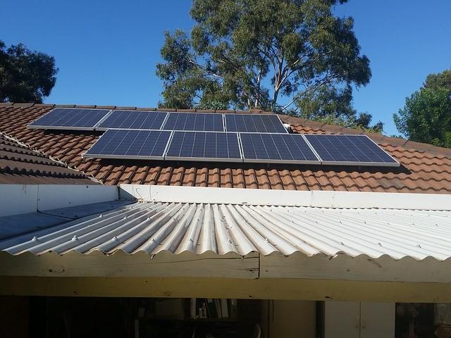 פאנלים סולאריים על גג רעפים בבית פרטי