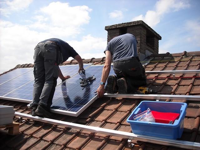 התקנת מערכת סולארית על גג רעפים